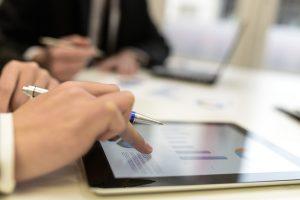 imagen de personas analizando graficos en tablet