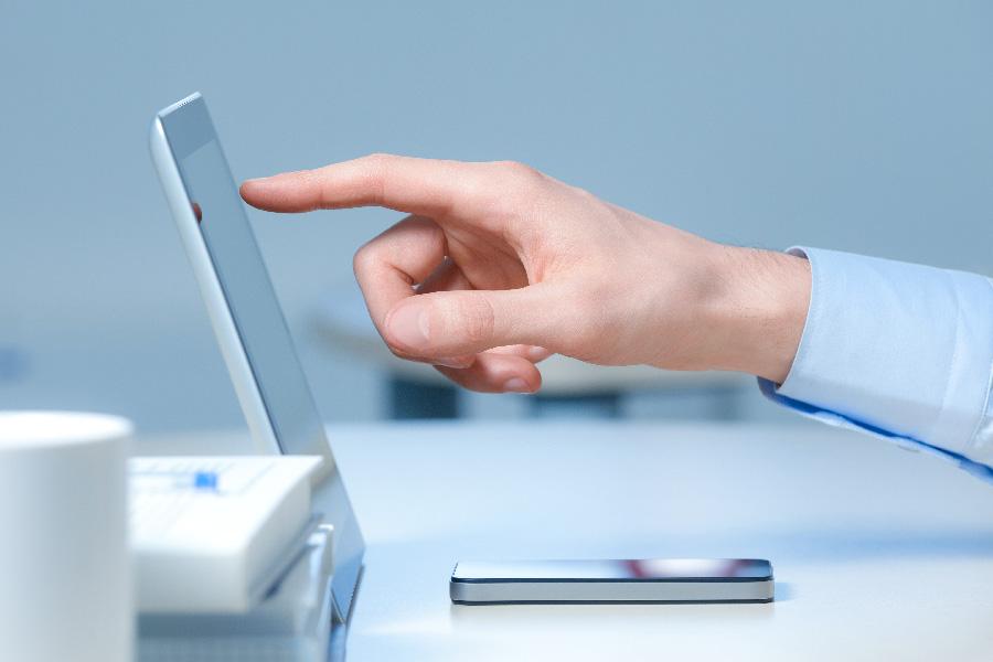 imagen de persona gestionando nomina en digital