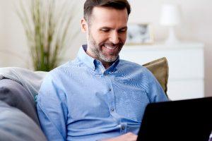 imagen de hombre sonriendo usando soluciones erp